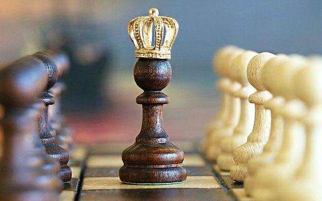 王冠をかぶったチェスのキング