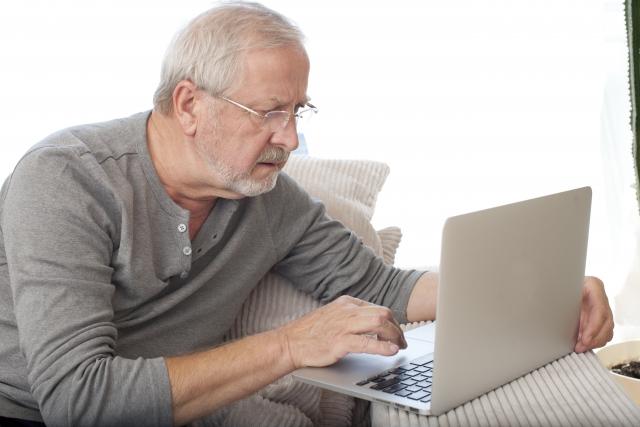 最新機器の扱いに苦戦する老人