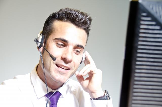 Skypeをビジネスに用いる男性